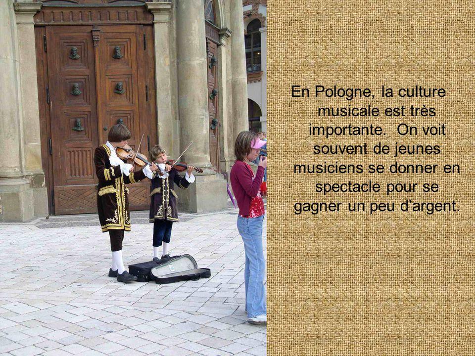 En Pologne, la culture musicale est très importante. On voit souvent de jeunes musiciens se donner en spectacle pour se gagner un peu d'argent.