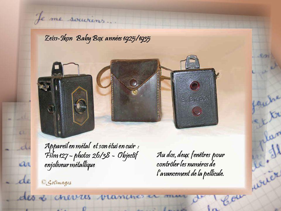 Zeiss-Ikon Baby Box années 1925/1935 Appareil en métal et son étui en cuir : Film 127 – photos 26/38 - Objectif enjoliveur métallique Au dos, deux fenêtres pour contrôler les numéros de l'avancement de la pellicule.