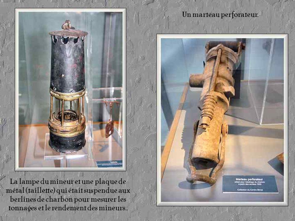 Au premier étage du Musée, on peut voir des cartes et photos anciennes ainsi que des outils et objets qui étaient nécessaires à la vie des mineurs.