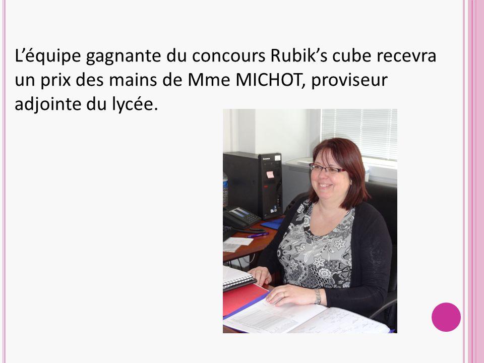 L'équipe gagnante du concours Rubik's cube recevra un prix des mains de Mme MICHOT, proviseur adjointe du lycée.