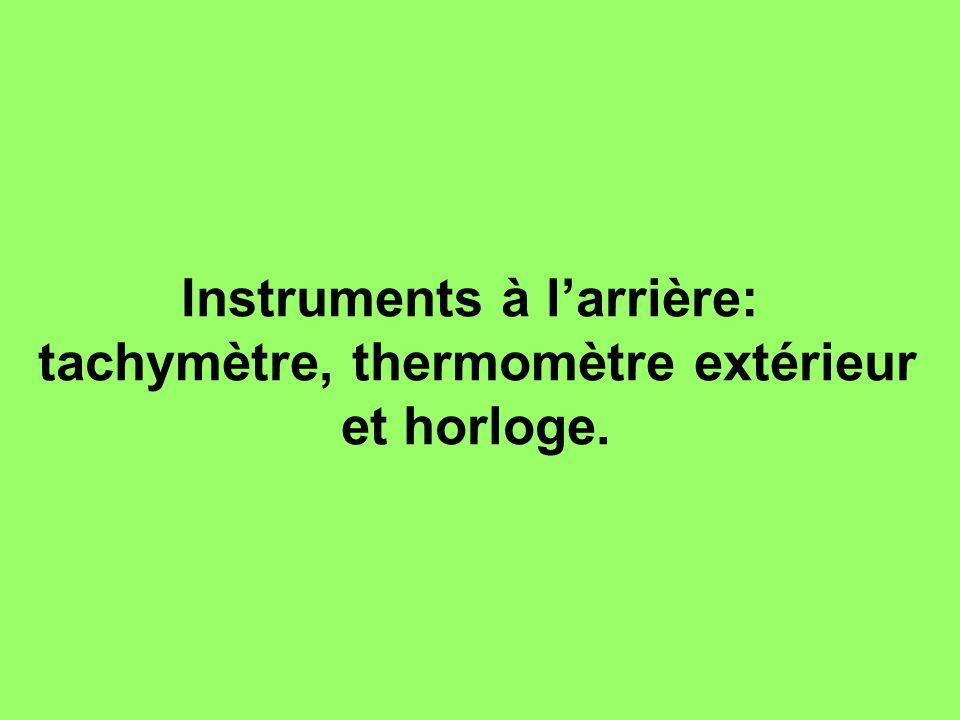 Instruments à l'arrière: tachymètre, thermomètre extérieur et horloge.