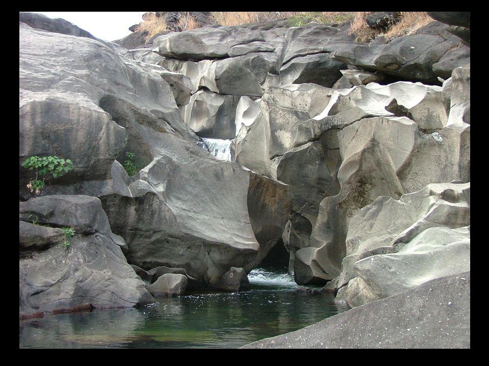 La vallée de la Lune est une formation rocheuse érodée avec des piscines naturelles.