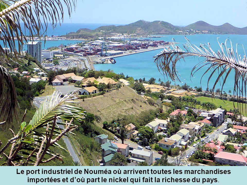 Le port industriel de Nouméa où arrivent toutes les marchandises importées et d'où part le nickel qui fait la richesse du pays.