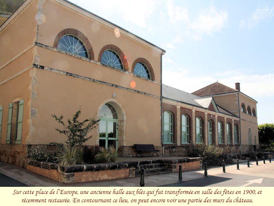 Sur cette place ont été édifiés le donjon du château et la collégiale Saint-Léonard, aujourd'hui disparus. Place de l'Europe.