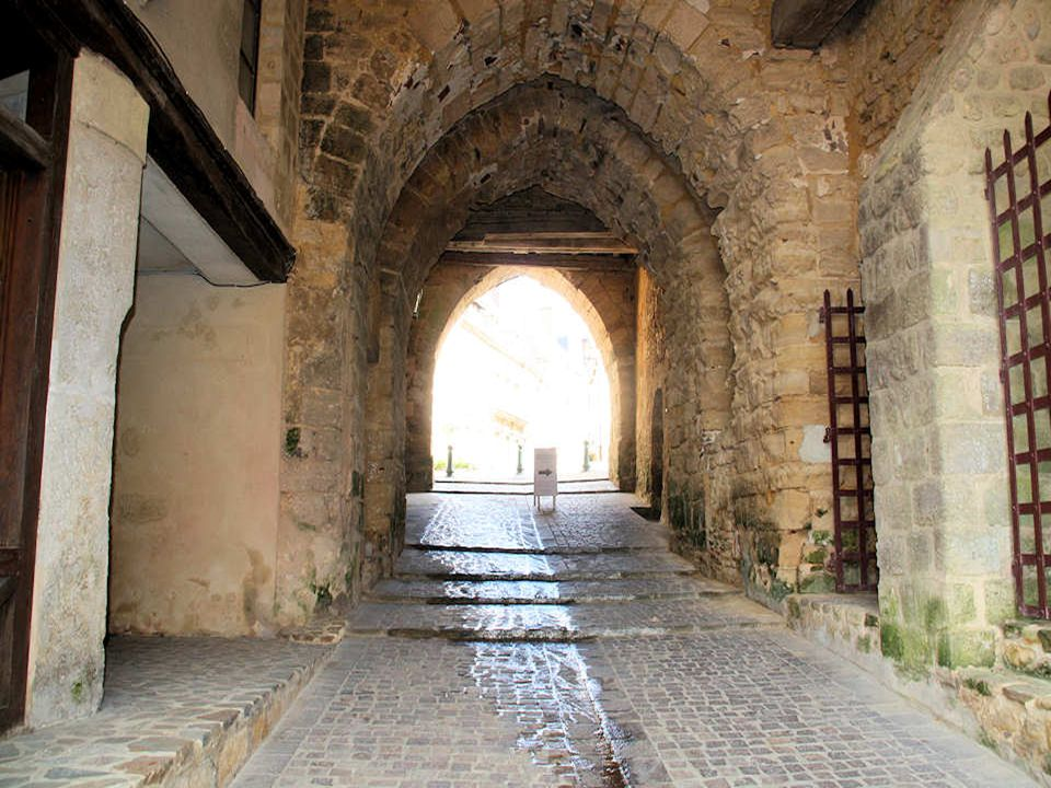La « Porte Saint-Sauveur », côté Ville Close. Datée du XVe siècle, cette porte, flanquée de ses deux tours bien conservées, est l'un des deux accès à