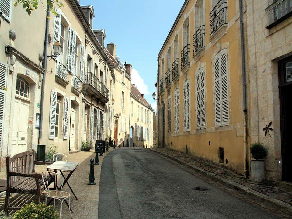 La rue de la Ville Close, située à l'intérieur des remparts, arbore de beaux hôtels particuliers du XVIIIe. L'un d'eux appartenait à la famille Chenne