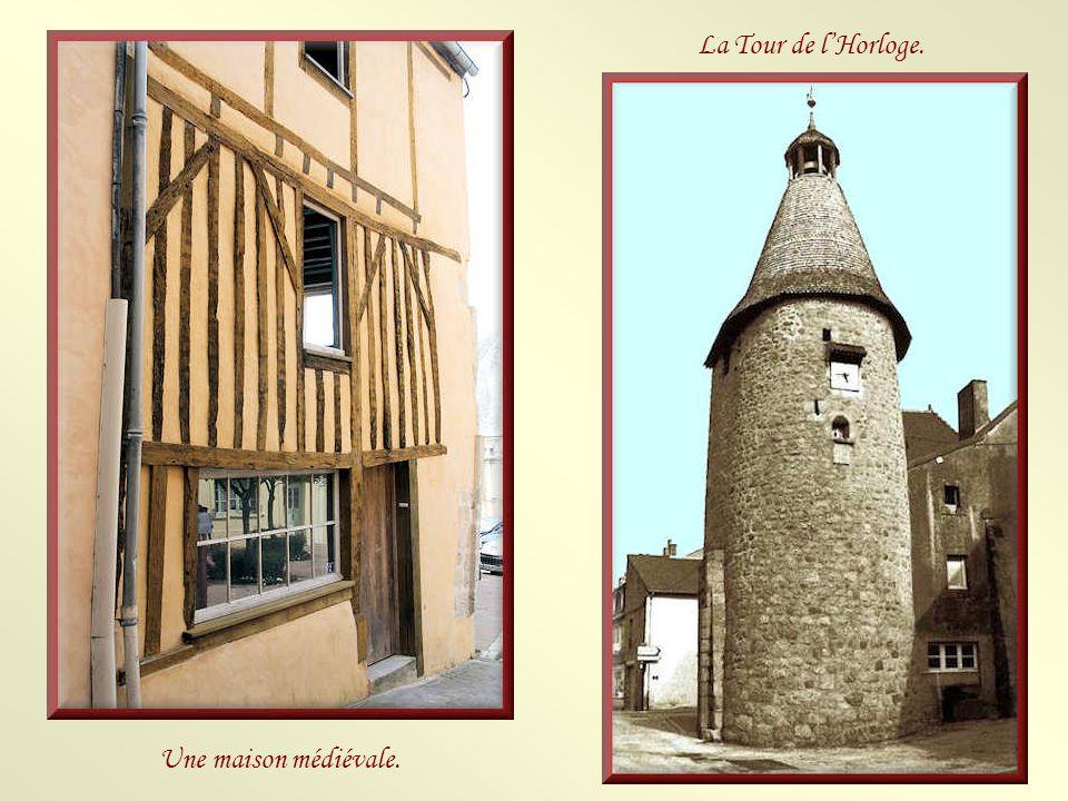 La mairie est l'ancien bailliage de Bellême construit, en 1582, sous l'ancien régime. Il abritait la salle d'audience, l'Hôtel de ville, les prisons e
