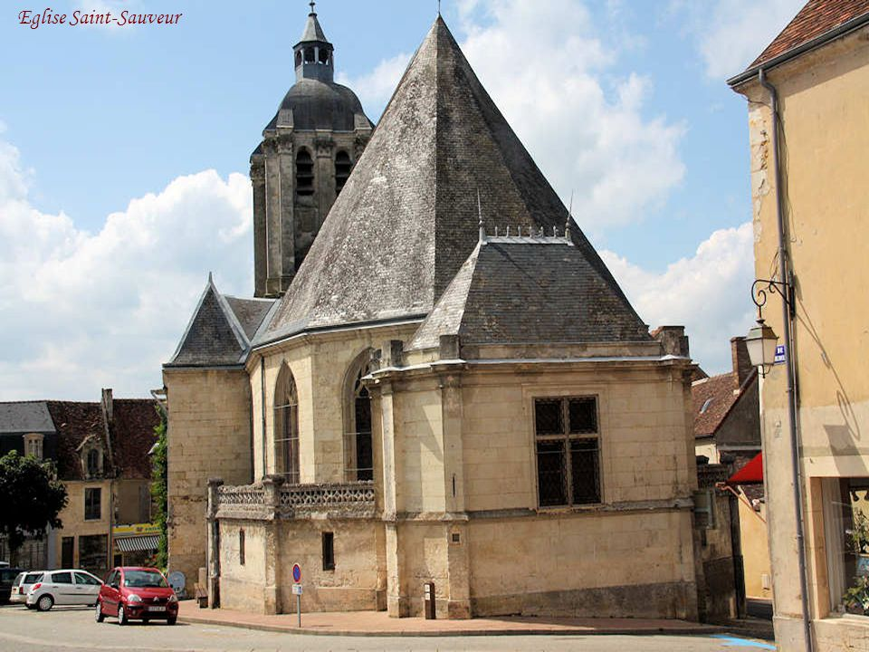 L'église Saint-Sauveur L'ancienne chapelle Saint- Sauveur bâtie aux Xe et XVe siècles, en partie détruite lors des Guerres de religion, a été reconstr
