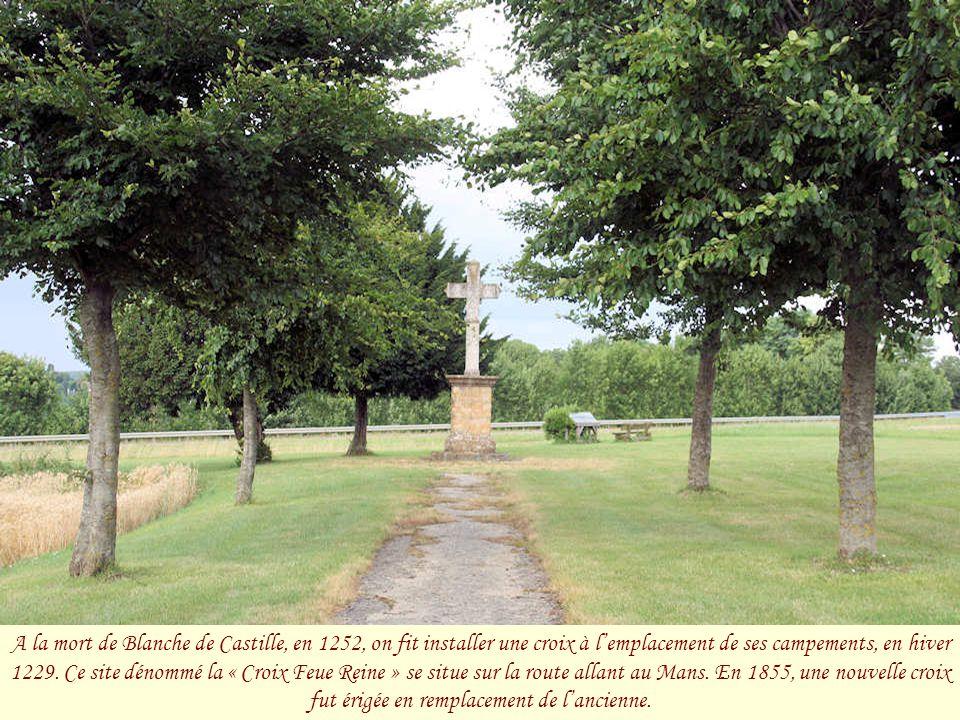 Le « Pont de la Croix Blanche » fut construit au XVIIIe siècle à l'occasion de l'aménagement de la route royale allant d'Alençon à Orléans. Les ingéni