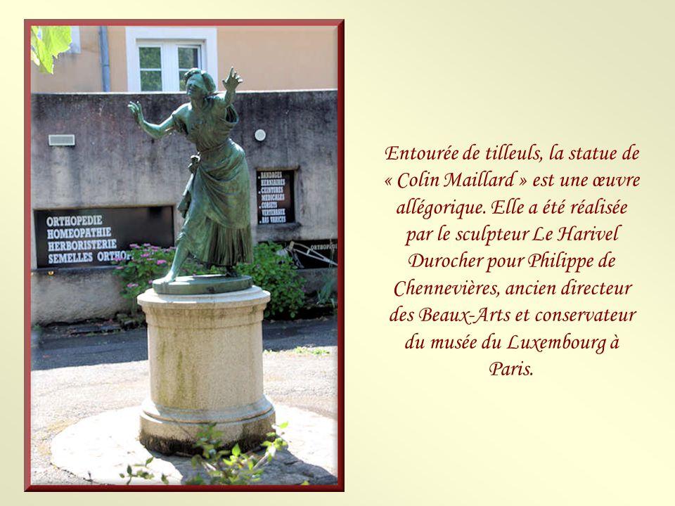 Entourée de tilleuls, la statue de « Colin Maillard » est une œuvre allégorique.