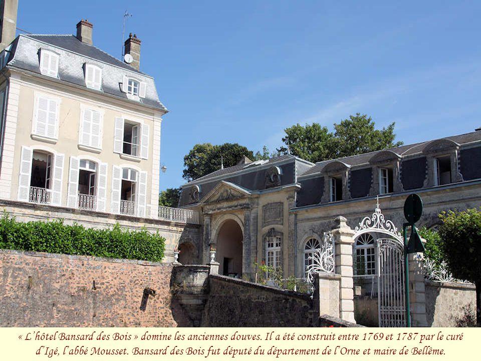 « L'hôtel Bansard des Bois » domine les anciennes douves.