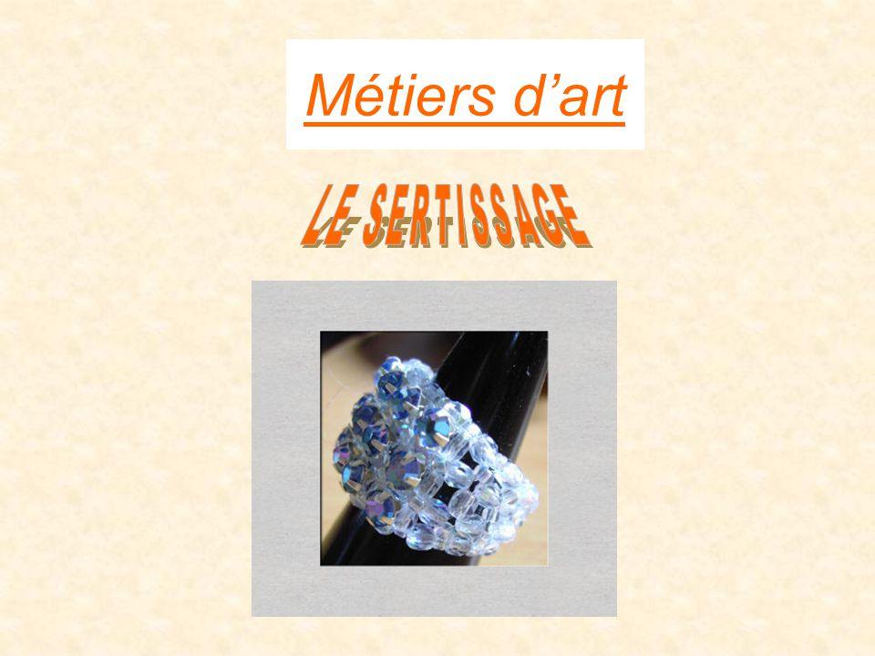 Définition du métier : La Joaillerie est l'art de fabriquer des joyaux, et plus largement des objets de parure mettant en valeur les pierres précieuses, les pierres ornementales et les perles en utilisant les métaux précieux suivant : _L 'argent •_L' or •_Le platine •_Et quelque fois le paladium.