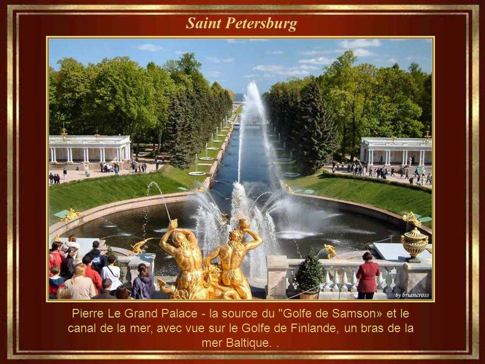 Saint Petersburg Pierre Le Grand, palais d'été. En fait, il s'agit d'une série de palais et de jardins, construits entre 1714 et 1725