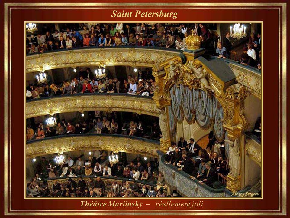 Saint Petersburg Théâtre Mariinsky - Inauguré en 1860, il est le théâtre historique de l'opéra et de ballet. (Kirov Théâtre académique d'opéra et de b
