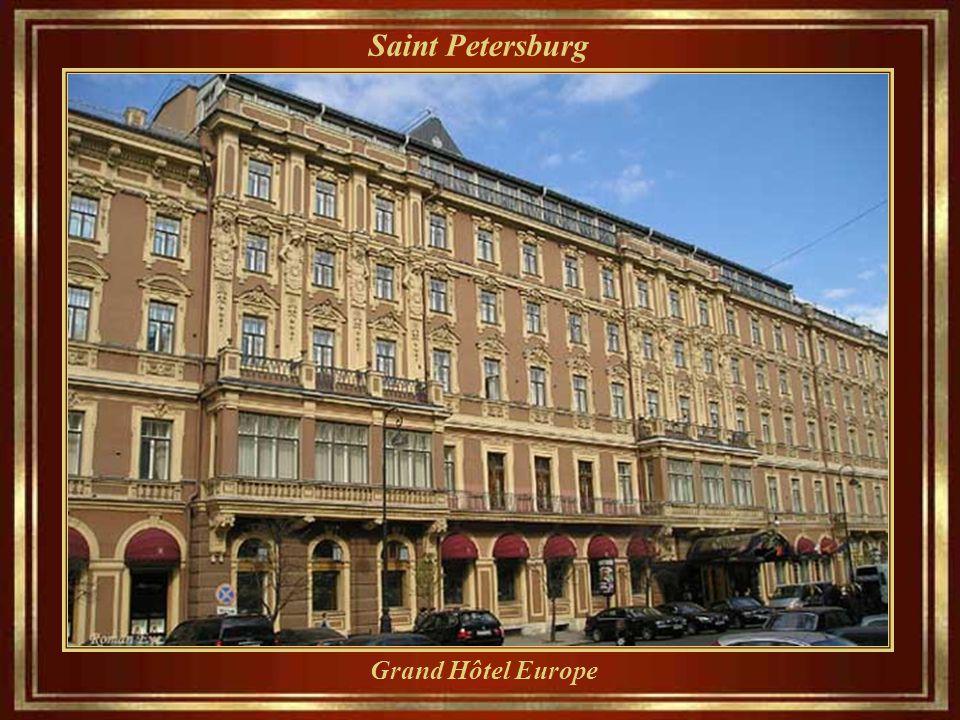 Saint Petersburg « Nevsky Prospect » aujourd'hui, l' avenue va de l'Amirauté à la gare de Moscou