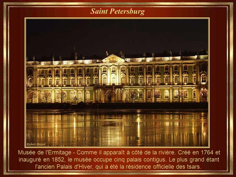 Saint Petersburg « Dvortsovaya Square » - Colonne mémorant Alexandre Le Grand
