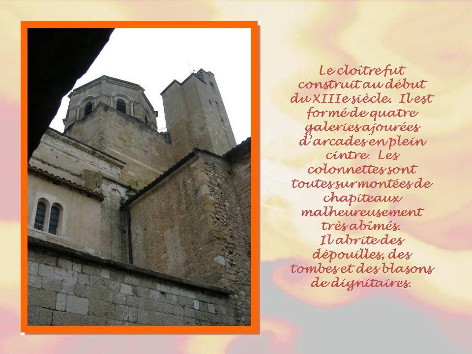 Derrière l'autel, le grand retable du chœur est l'œuvre d'un sculpteur cavaillonnais Barthélémy Grangier assisté d'un menuisier Jacques Perrin. Les ci