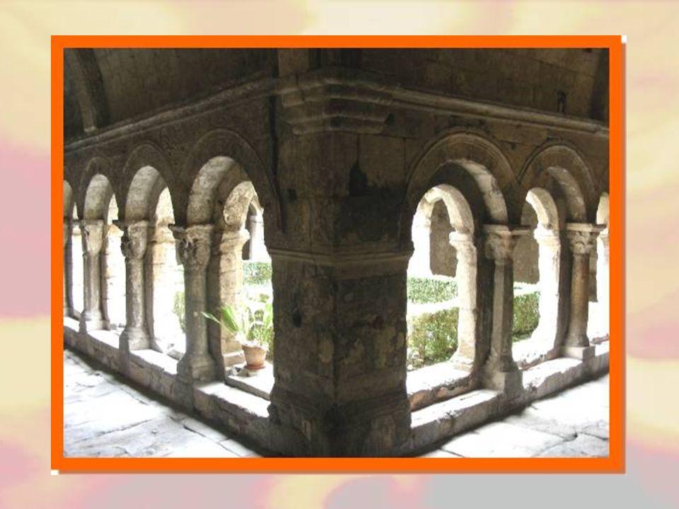 Le cloître fut construit au début du XIIIe siècle. Il est formé de quatre galeries ajourées d'arcades en plein cintre. Les colonnettes sont toutes sur