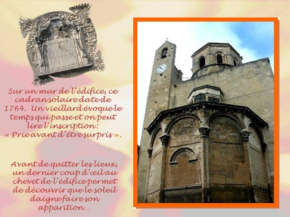 Visible du cloître, ce curieux petit balcon sur le mur de la cathédrale…
