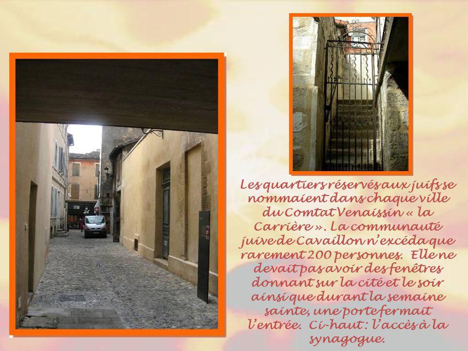 L'entrée de la synagogue se situe sur la rue Hébraïque, la Carrière. C'est sous la Gaule romaine qu'arrivèrent les premiers Juifs, après la chute de M