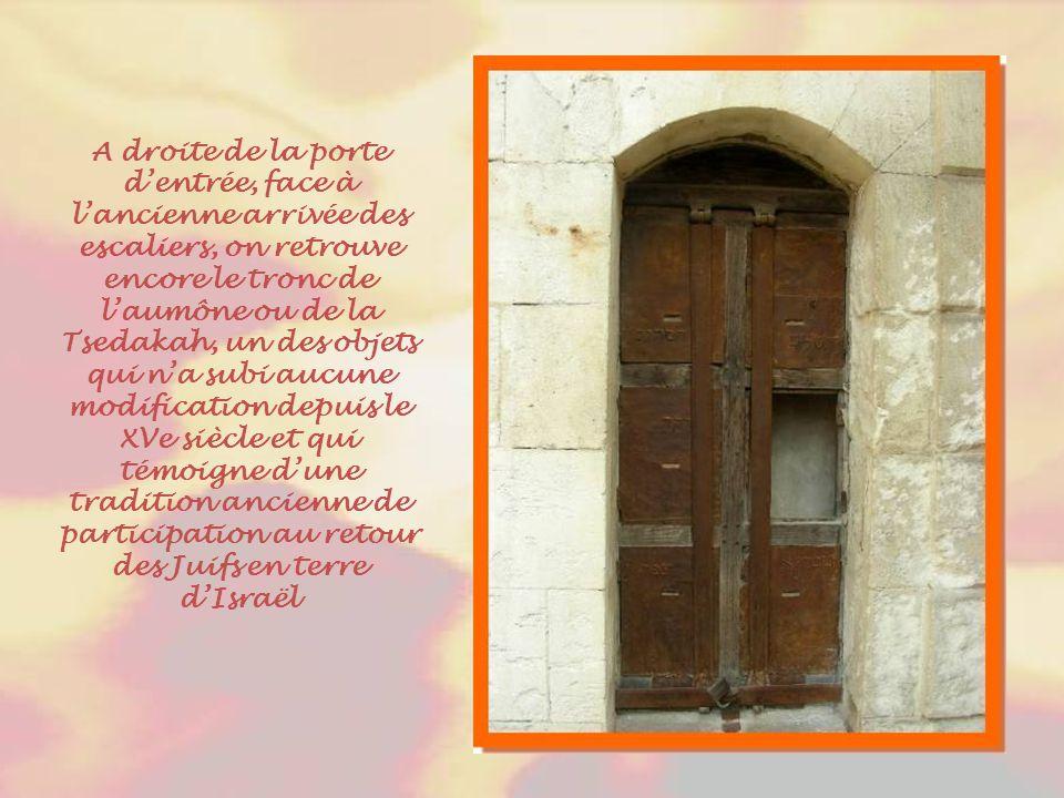 Cette entrée typiquement baroque permet de pénétrer dans la synagogue strictement réservée aux hommes.