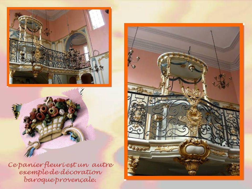 La synagogue de Cavaillon renferme quelques merveilles : des lambris colorés gris, rouge et bleu, couleurs du baroque provençal et cette balustrade en