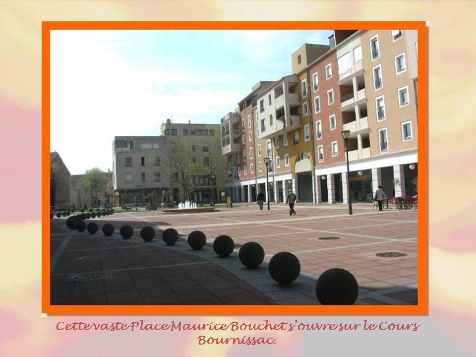 Cernant les vieux quartiers, les cours, plus larges, dont ce cours Bournissac, facilitent la circulation. Avant d'y accéder, au- dessus d'un magasin m