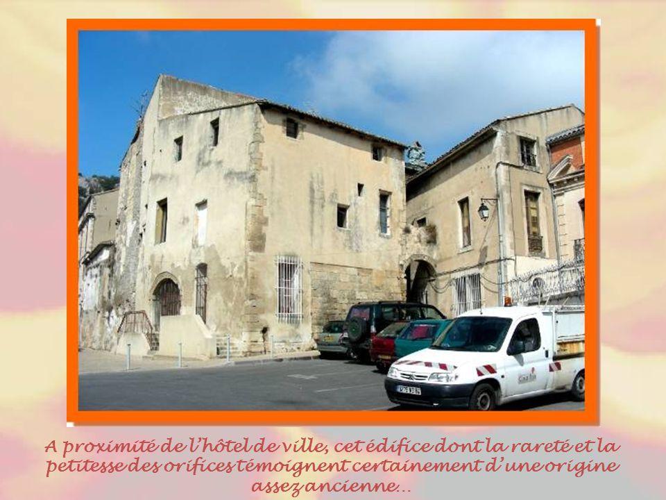 L'hôtel de ville est un bel édifice construit au milieu du XVIIIe siècle, à l'emplacement d'une