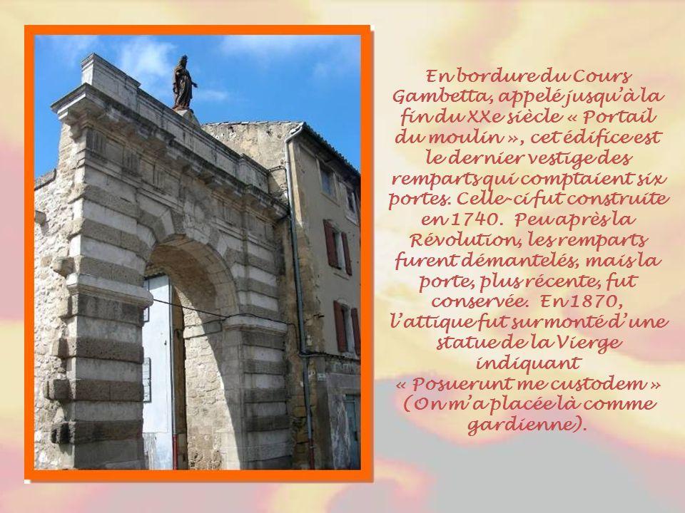 Réhabilité, l'ancien cloître du couvent des Bénédictines, accueille notamment le service des Archives municipales depuis 1989. Les Archives de la vill