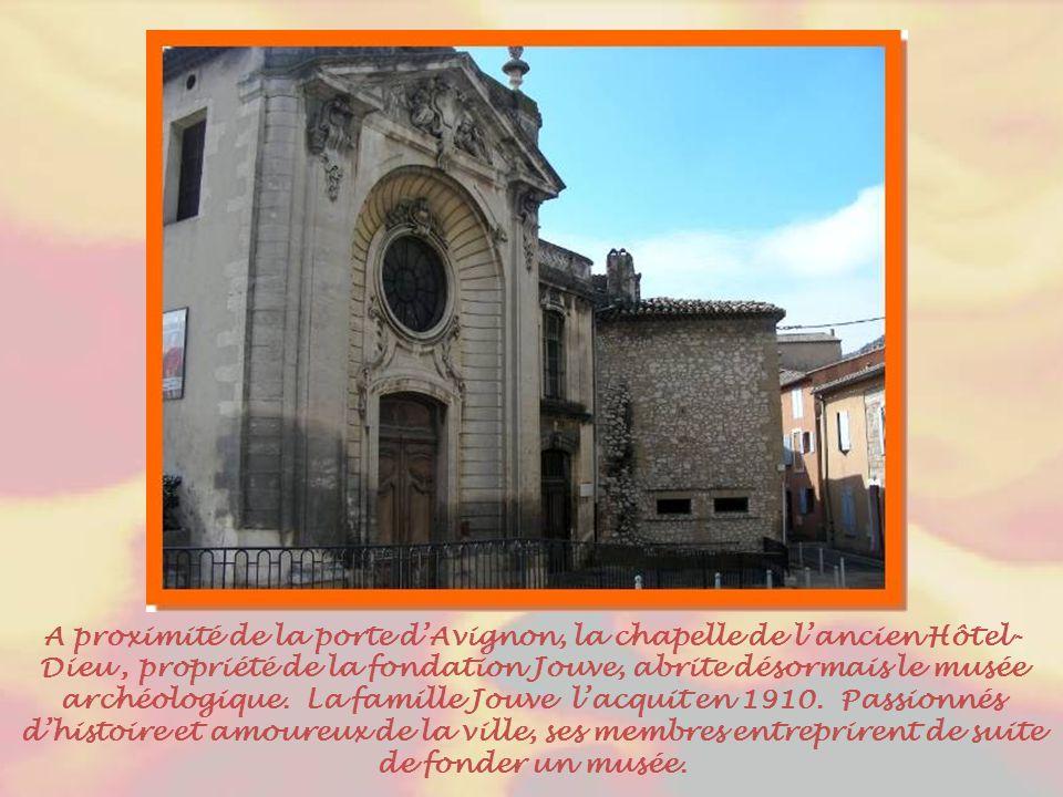 En bordure du Cours Gambetta, appelé jusqu'à la fin du XXe siècle « Portail du moulin », cet édifice est le dernier vestige des remparts qui comptaient six portes.