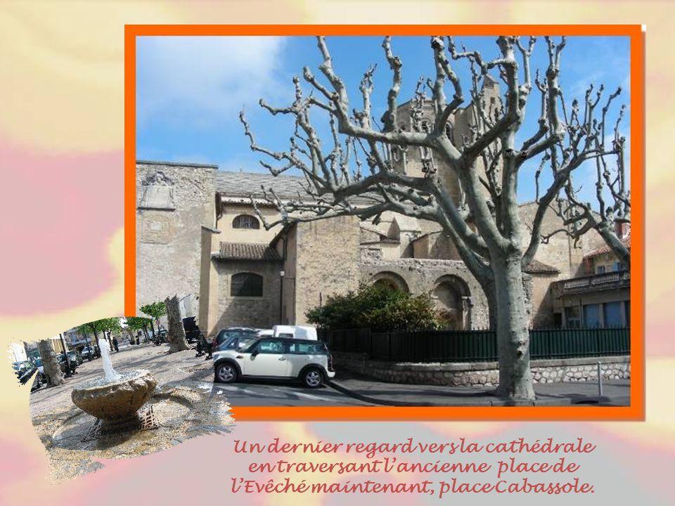 En périphérie de la vieille ville, au pied de la colline, on retrouve quelques belles villas dont cette « villa Paul. »