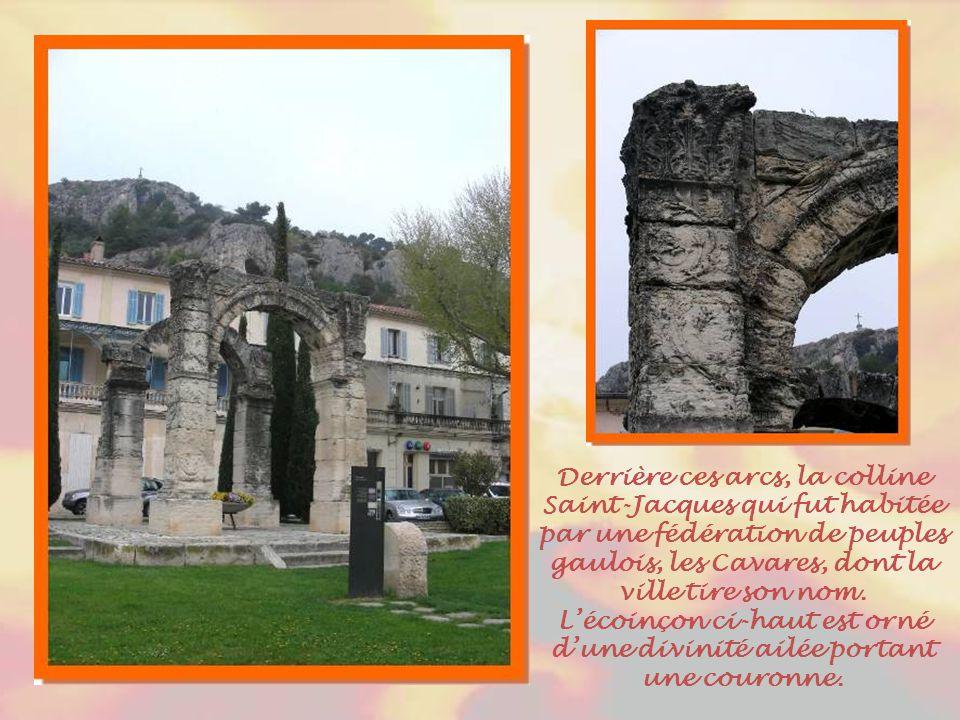 Déjà occupée à l'époque de la Préhistoire, Cavaillon constituait une étape sur la voie Domitienne durant la période romaine. Ces arcs, sur la place Fr