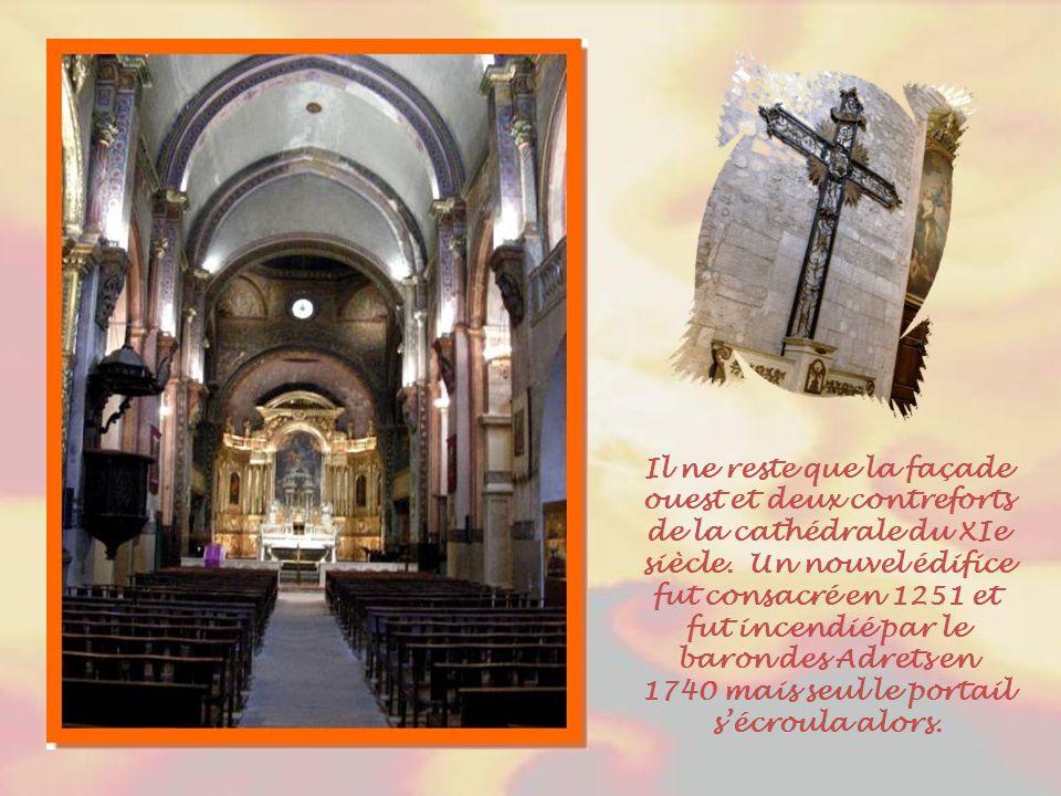 Au IVe siècle, Cavaillon devint siège épiscopal. L'ancienne cathédrale Notre-Dame-et-Saint- Véran date du XIe siècle. Elle remplaça le premier édifice
