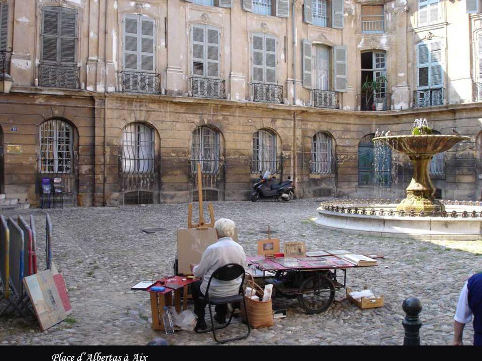 Les terrasses de café sont les traits d'union des villes, pour s'y isoler dans la diaspora anonyme ou y retrouver la parenthèse d'une convivialité. Li