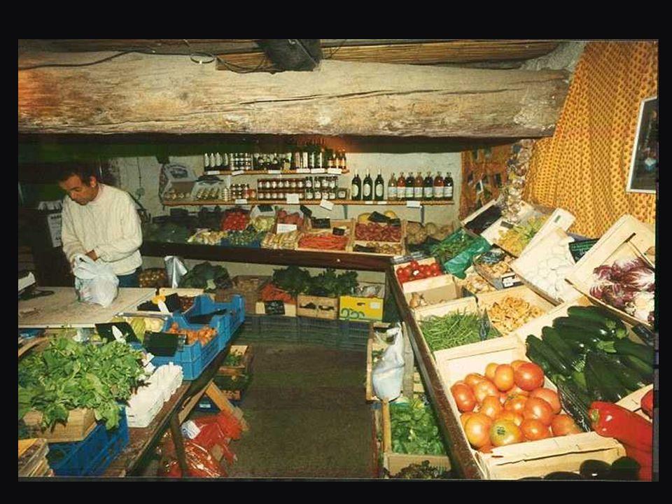 Au Québec, c'est une « dépanneuse », à 30 mètres de chez moi Françoise me sert de garde-manger sous des voûtes anciennes…..