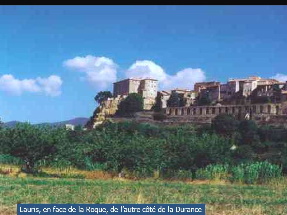 La route ici ne paye pas de mine, mais en haut de la colline de Ste Anne de Goiron, les rochers sont truffés de grottes qui furent habitées au XI ème siécle.