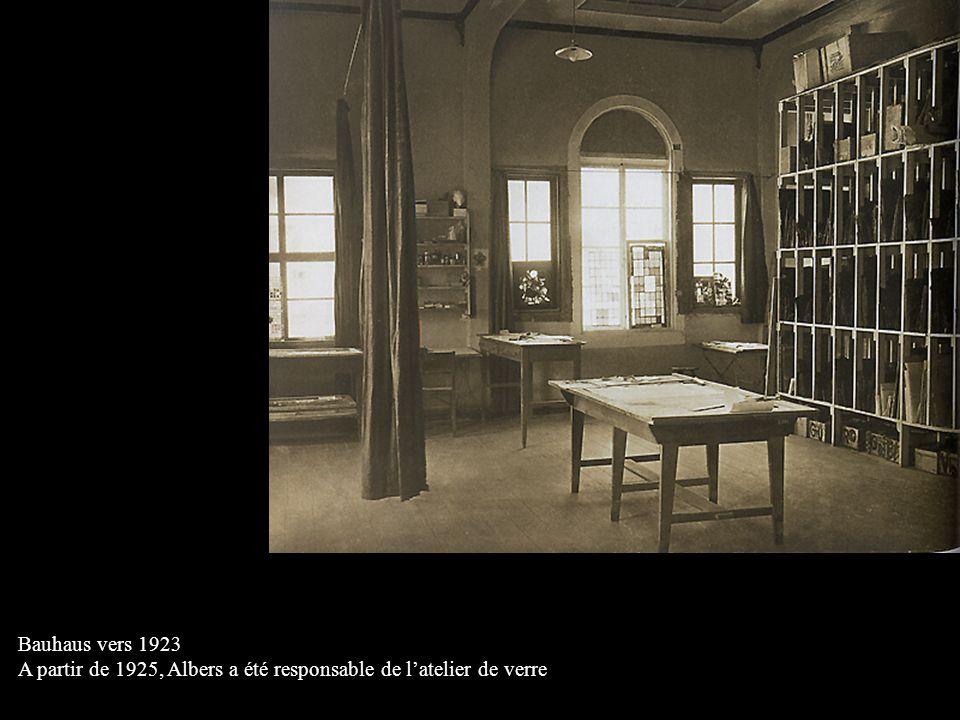 Bauhaus vers 1923 A partir de 1925, Albers a été responsable de l'atelier de verre