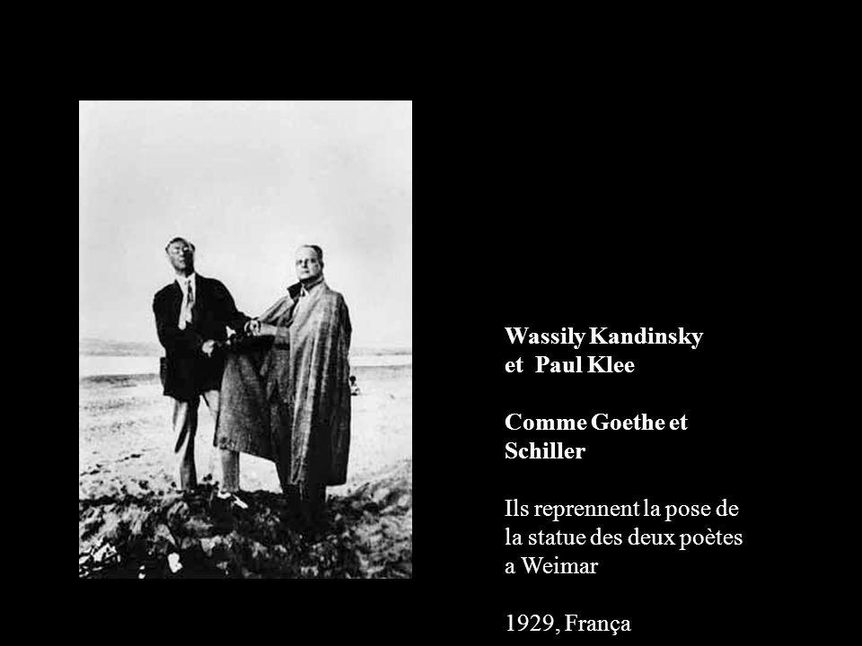 Wassily Kandinsky et Paul Klee Comme Goethe et Schiller Ils reprennent la pose de la statue des deux poètes a Weimar 1929, França