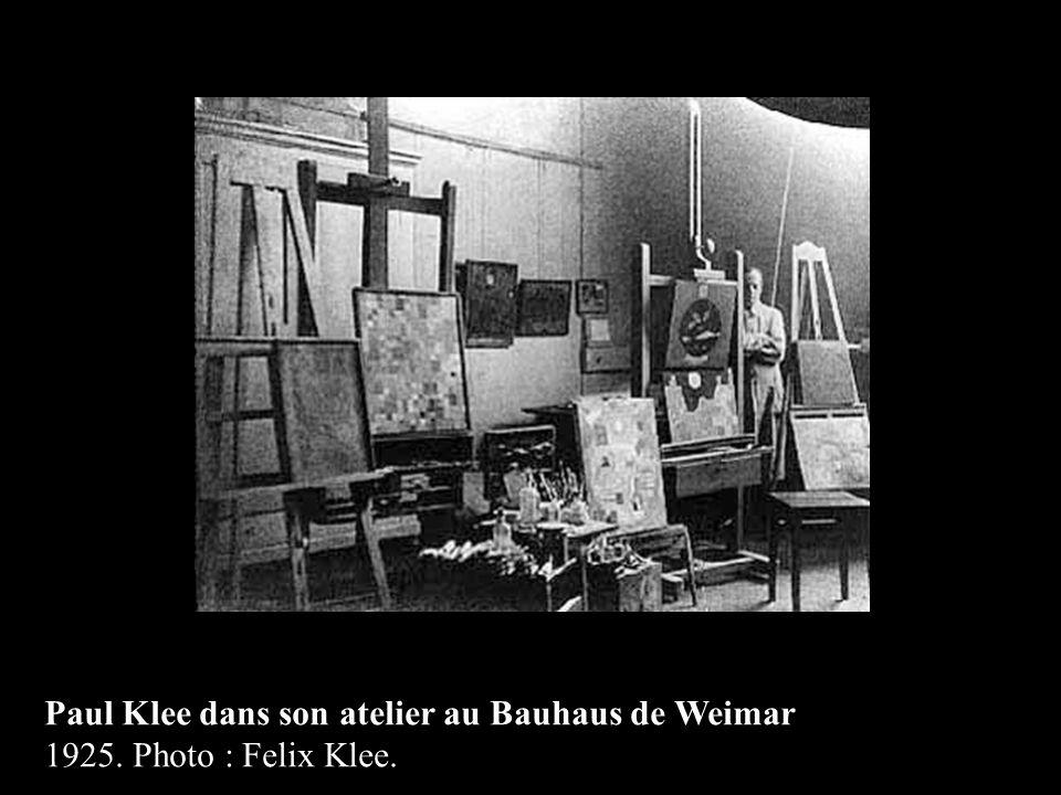 Paul Klee dans son atelier au Bauhaus de Weimar 1925. Photo : Felix Klee.