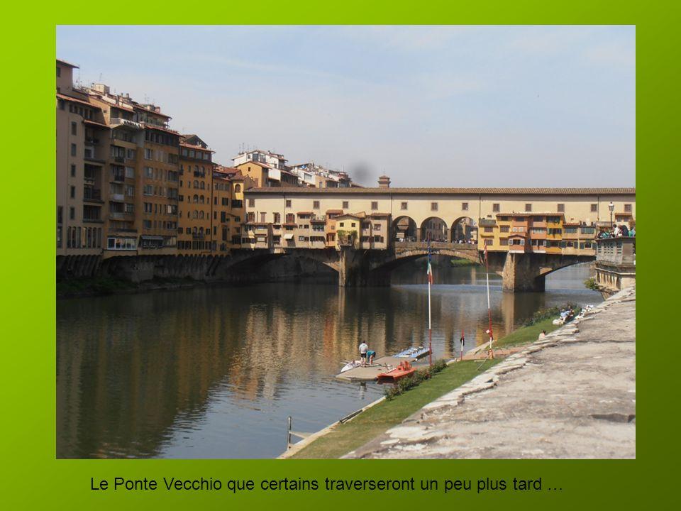 Le bus s'est garé non loin du centre ville …nous ferons moins de marche qu'hier soir !! Nous suivons le fleuve Arno, il est un peu plus de 11h
