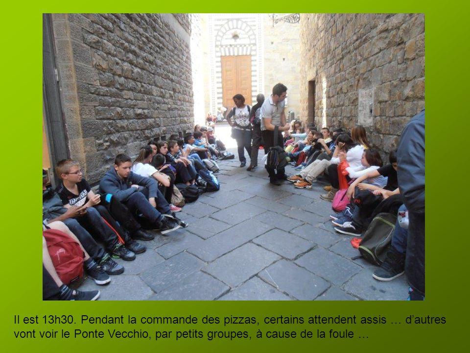 Après la visite, le Père Michel réussit (quel argument a t'il avancé ?) à nous faire passer dans la zone réservée aux offices, et nous prions tous, à