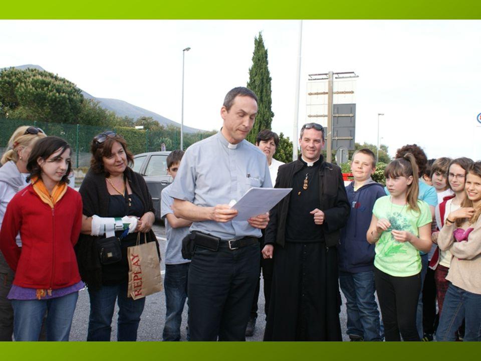 Ils reçoivent chacun une grande carte (dédicacée par tous durant le trajet !!!) avec une prière de Saint François qu'ils nous lisent !