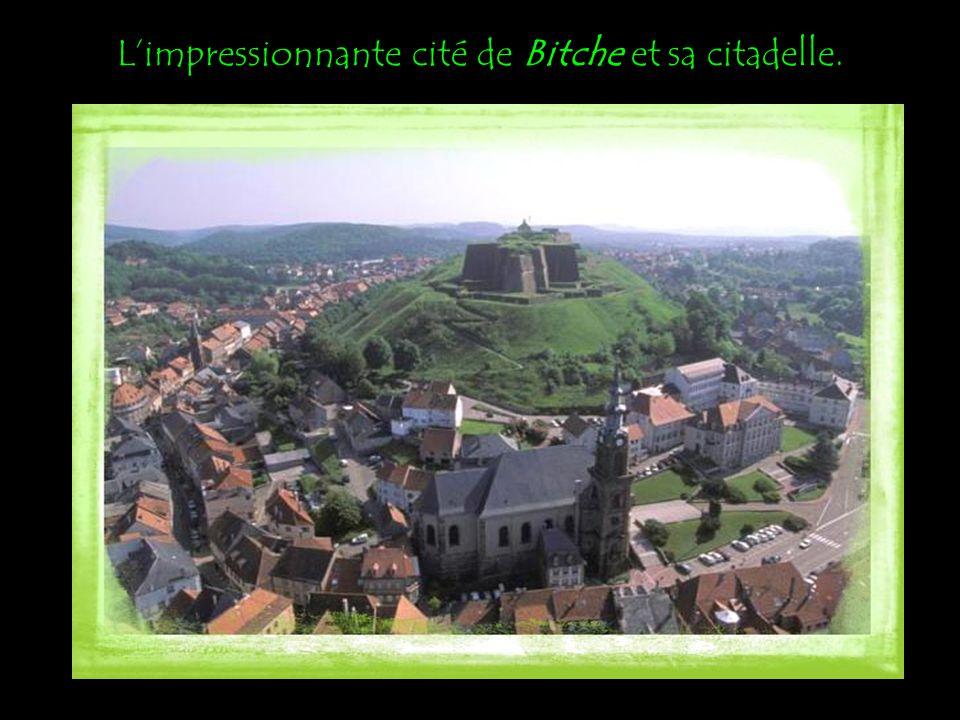 L'impressionnante cité de Bitche et sa citadelle.