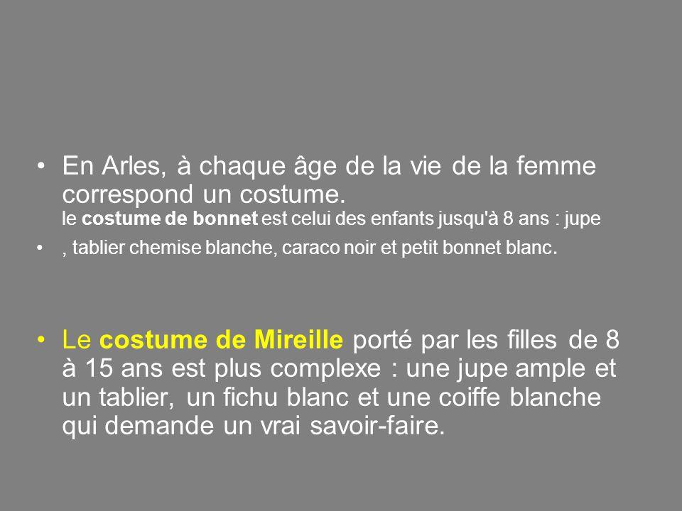 « …..Comme il était très beau, les femmes le regardaient ; mais lui n en avait qu une en tête, - une petite Arlésienne, toute en velours et en dentelles, qu il avait rencontrée sur la Lice d Arles, une fois.