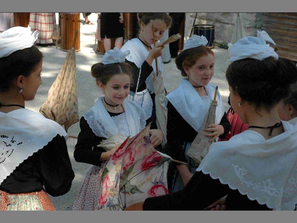 En Arles, à chaque âge de la vie de la femme correspond un costume. le costume de bonnet est celui des enfants jusqu'à 8 ans : jupe, tablier chemise b