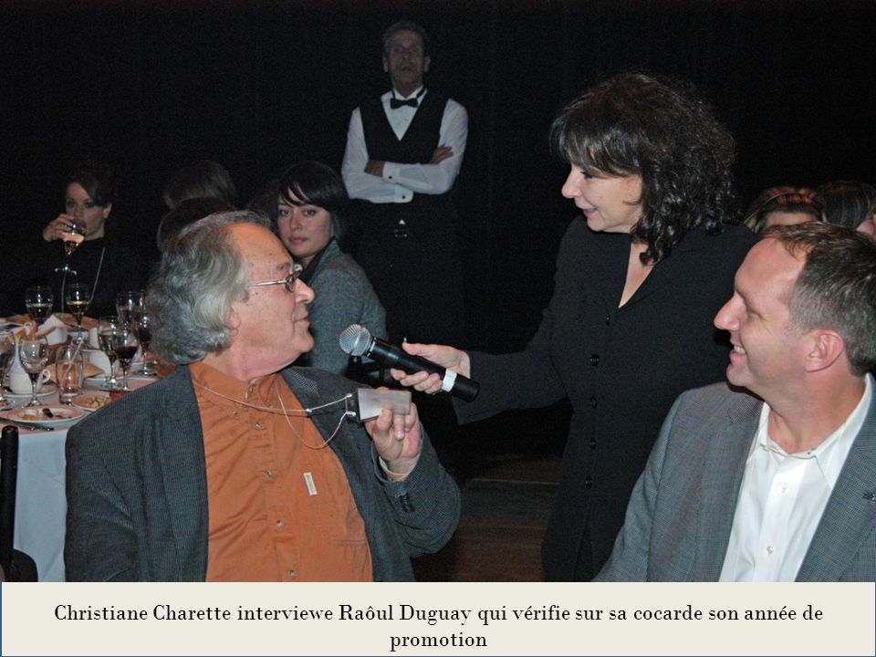 Christiane Charette interviewe Raôul Duguay qui vérifie sur sa cocarde son année de promotion