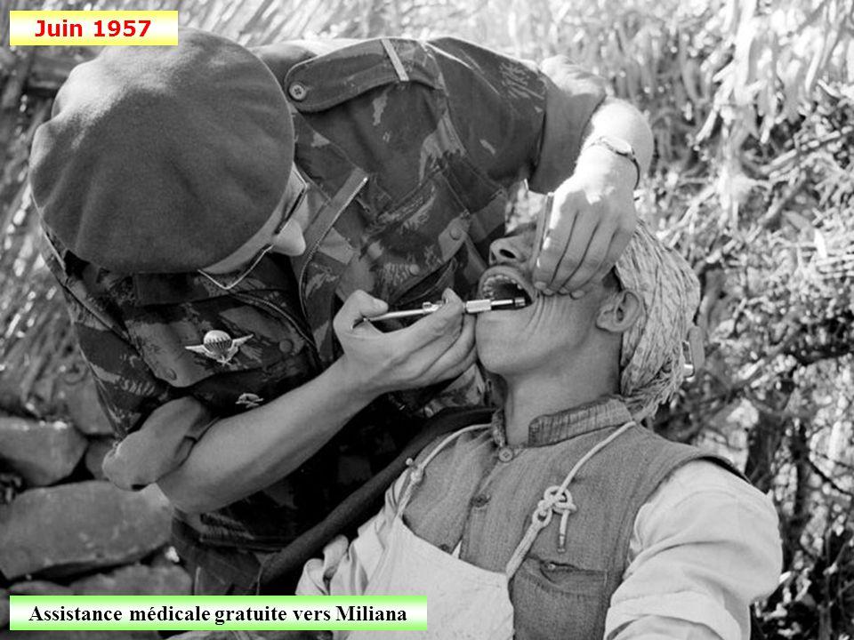 Mai 1957 Le général Salan décore le général Massu à Alger Commémoration de la victoire du 8 mai 1945
