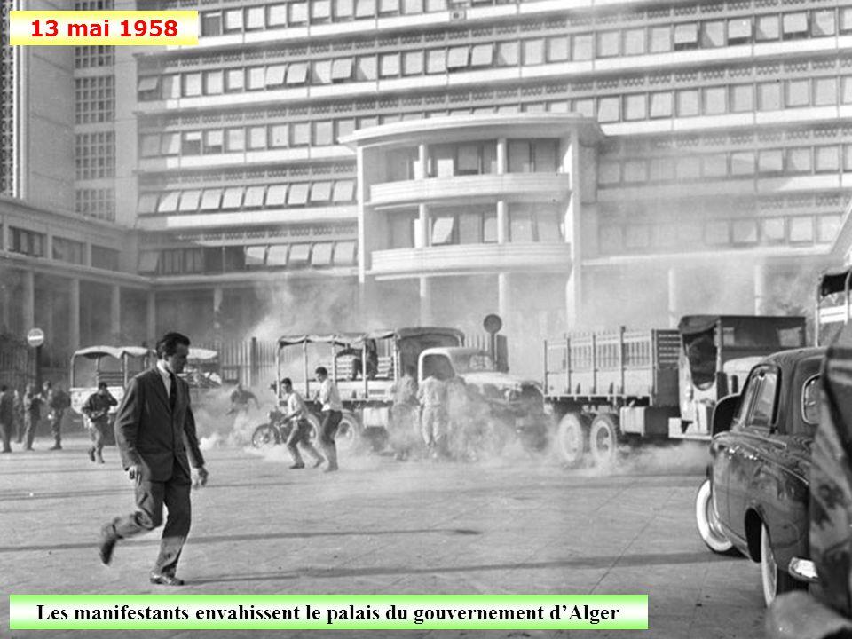 13 mai 1958 La foule se rassemble devant le monuments aux morts d'Alger