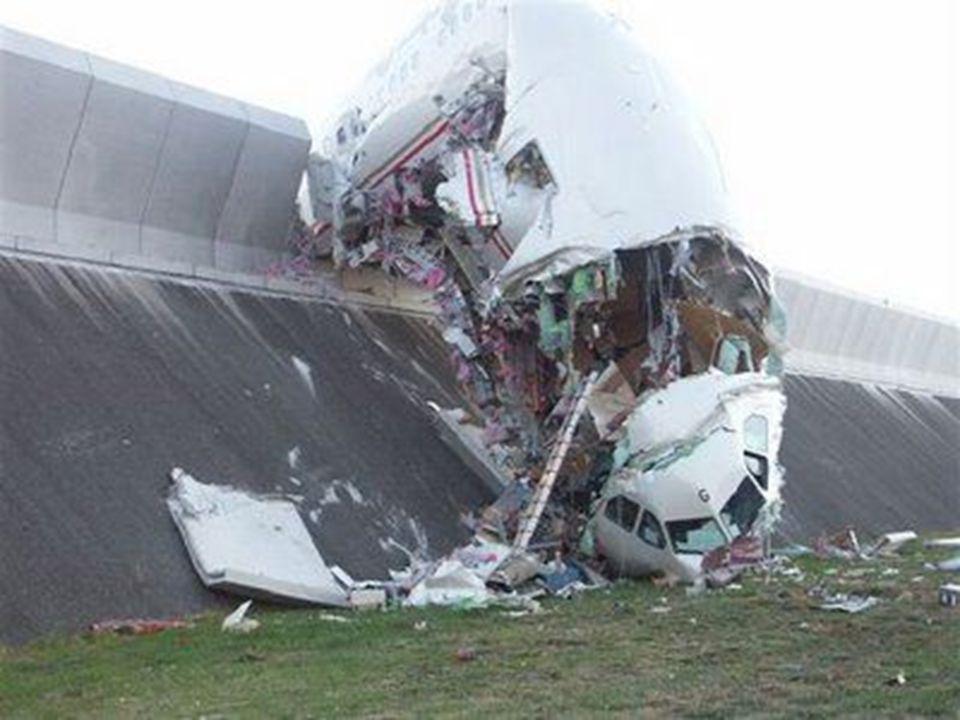 L'avion est allé s'écraser dans un mur de protection.