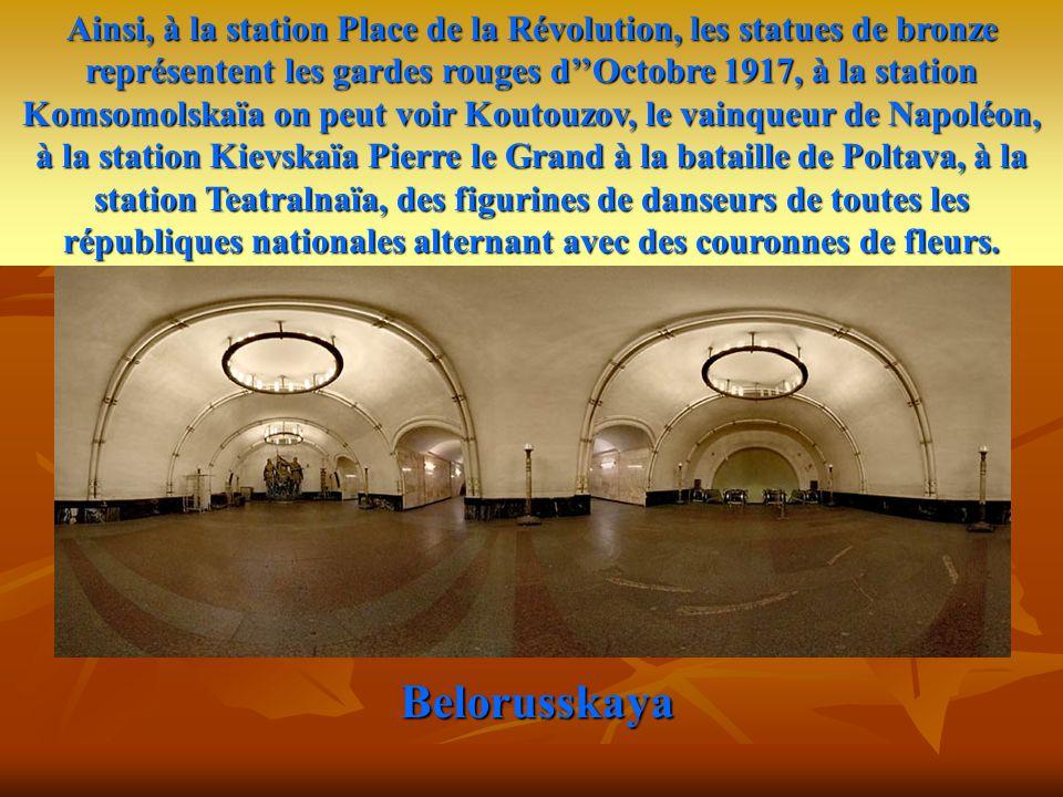 Belorusskaya Il est frappé par la richesse de ses marbres et de ses lustres, sa décoration fastueuse, ses médaillons et ses mosaïques, ses colonnades